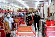 Masuk Supermarket, Wajib Pakai Masker Dobel