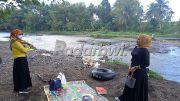 Asyiknya Piknik di Bantaran Sungai Setail Genteng