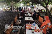 Pengunjung Pantai Cacalan Tembus 500 Orang