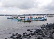 Nelayan Libur Melaut, Karyawan Pabrik Libur