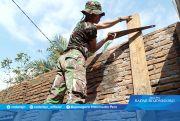 Diatas Tangga, Prada Ahmad Irfan Potong Papan Kayu di Rehab RTLH