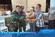 Potongan Tumpeng untuk Sertu Mulyono dari Kades Cilibang
