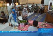 Warga Dusun Kaligintung dan Anggota Satgas TMMD Menikmati Nasi Tumpeng
