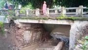 Diterjang Derasnya Arus Sungai, Jembatan Desa Mojodanu Nyaris Putus