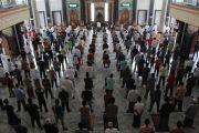 Takmir Masjid Agung Jombang Terapkan Jarak Satu Meter Antar Jamaah