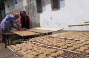 Melihat Proses Pembuatan Kue Tradisional Rengginang Khas Desa Ngumpul
