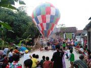 Rayakan Tradisi Kupatan, Warga Ngumpul Jogoroto Lepas Balon Raksasa