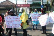 Belasan Warga Demo di DPRD Jombang Tuntut Transparansi Dana Covid-19