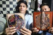 Tangan Kreatif Pemuda Cangkringrandu Produksi Dompet Kulit Tato