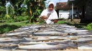 Dampak Covid-19, Industri Kerupuk Rumahan di Sumobito Kurangi Produksi