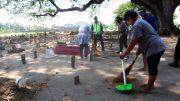 Tak Pakai Masker, Sejumlah Warga Jombang Dihukum Bersihkan Makam Desa