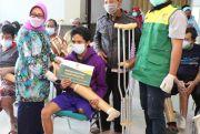 Bupati Hj Mundjidah Wahab Kembali Serahkan Bantuan Kaki Palsu