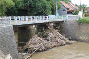 Sampah Nyangkut Ancam Jembatan Betek