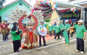 Parade Kostum Unik Meriahkan Jalan Santai SMAN 1 Pace