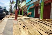 Banjir Nganjuk: Jemur Dagangan agar Bisa Dijual Lagi
