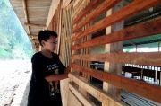 Warga Badut Mojo Tiga Tahun Tempati Barak Pengungsian