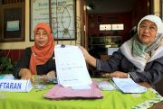 Khawatir Kehabisan Formulir PPDB SD, Orang Tua Rela Antre Usai Tarawih
