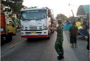 TNI Bagikan Takjil ke Pengguna Jalan Sambil Salawatan