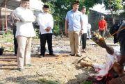 Polres Bagikan Daging Kurban Pakai Besek Bambu