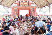 Doakan Leluhur, Warga Berebut Makanan di Klenteng Tjo Hwie Kiong
