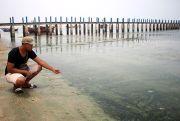 Tercemar Lagi,Air Laut di Pantai Kaliori Hitam Pekat dan Bau