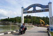 Belum Ada Angkutan Umum, Keliling Pulau Nyewa Motor