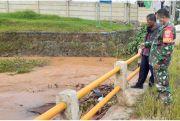 Babinsa Ajak Perangkat Desa Bersihkan Sampah yang Sumbat Sungai