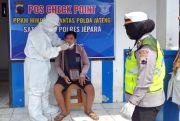 Satlantas Polres Jepara Bagi Masker dan Swab Antigen di Check Point