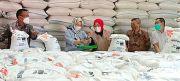 Bantuan Beras PPKM ke Warga Hasil Panen Petani Padi Grobogan