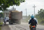 Pengguna Jalan Keluhkan Truk Pengangkut Material tanpa Penutup Terpal