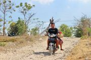 Bertahun-tahun Jalan Poros Desa Gugul Rusak Parah