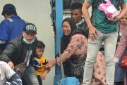Pingsan, Hingga Anak Nyaris Tertinggal, Keberangkatan Kapal Dramatis