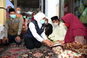 Takziah ke Prajjan, Gubernur Khofifah Santuni Keluarga Bocah Tenggelam