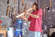 Mengenal Robi Akbar, Pembuat Seruling Asal Bangkalan