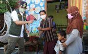 Respons Laporan, Ra Latif Langsung Door-to-Door Serahkan Bantuan