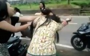 Dua Pelajar Perempuan Berkelahi, Saling Jambak, Terekam Kamera HP