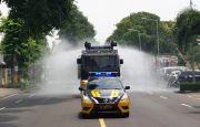 Polisi Semprot Virus di Jalanan