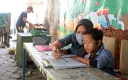 Anak Penjual Es Degan Belajar di Lapak, HP Gantian Pagi dan Sore