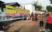 Protes Bau Tak Sedap, Desa Penutupan Pabrik
