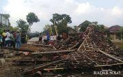 Angin Puting Beliung Robohkan Joglo Pemancingan Rowo, 1 Orang Tewas