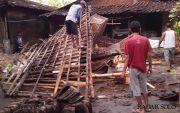 Hujan & Angin Kencang di Karanganyar Porakporandakan Rumah Warga
