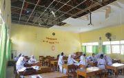 Plafon Kelas Ambrol Diamuk Angin, Siswa SMAN 1 Karangdowo Tetap Ujian