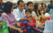Sayang Cucu, Jokowi Tunggui Jan Ethes Pentas Seni