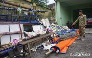 Nekat! PKL Lubangi Keramik Trotoar untuk Dirikan Tenda