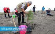 Ganjar Tanam Cemara Laut di Pantai Kendal, Dukung Pengembangan Wisata
