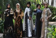 Fashion Muslim Batik Madiunan dengan Detail Hand Painting