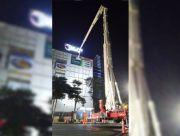 Satpol PP Tertibkan Reklame di Mal Pakai Bronto Skylift