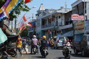Jalan Kali Tutup Krodit, Dipakai Parkir Mobil Pribadi dan PKL Berjuala