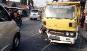Adu Banteng di Jalan Raya Modong, Mobil HR-V Nyelonong Masuk Warung