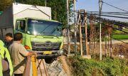 Sopir Ngantuk, Truk Nyaris Nyungsep ke Kali Lamong
